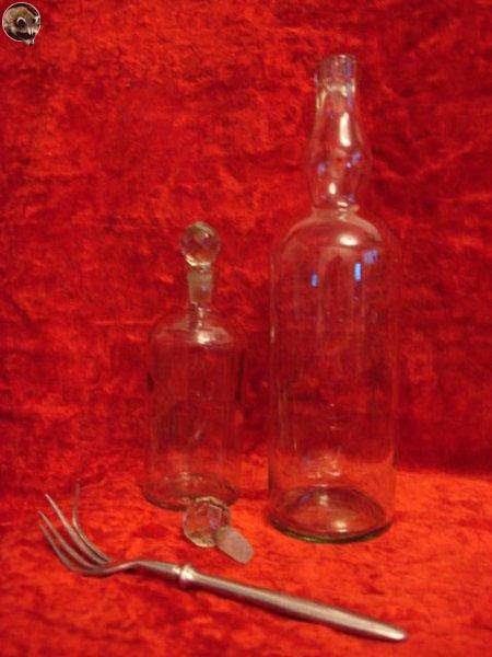 Находки раскопок на месте поселка «Берёзовая роща» - бутылки, вилка.
