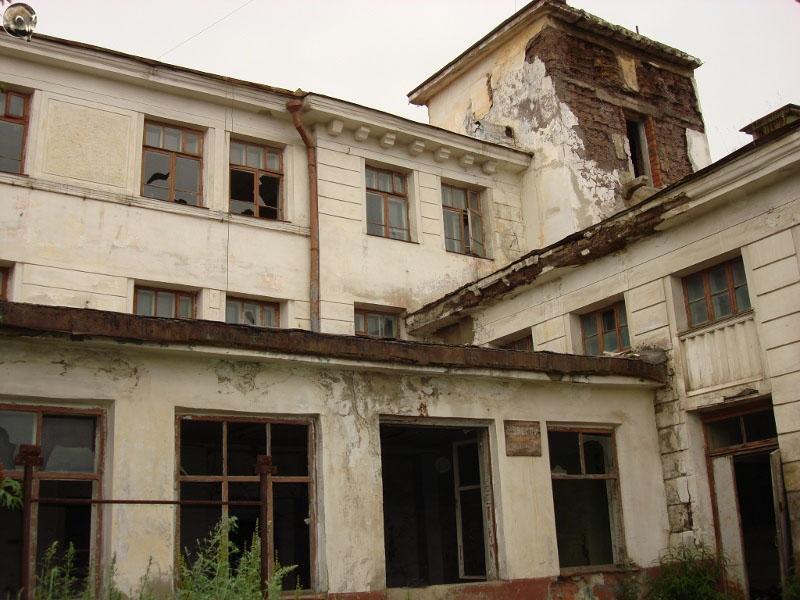Вид одного из старейших зданий Магадана - «Управления Морского Пароходства» в настоящее время.