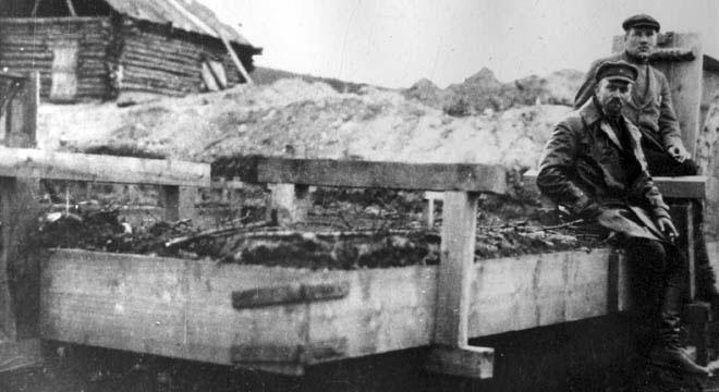 Эдуард Берзин осматривает строительные работы в бухте Нагаево