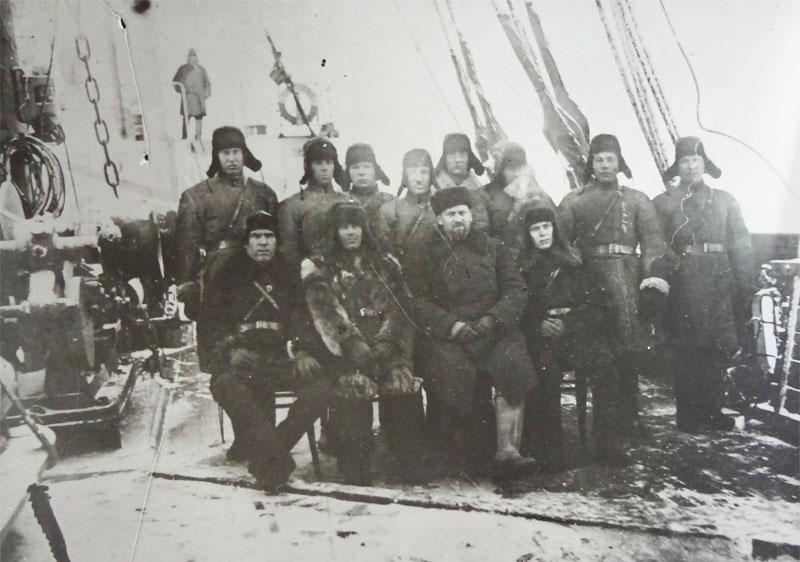 Первый директор Дальстроя Э. Берзин со стрелками военизированной охраны на борту парохода «Сахалин» следует к новому месту службы (январь 1932 г.).