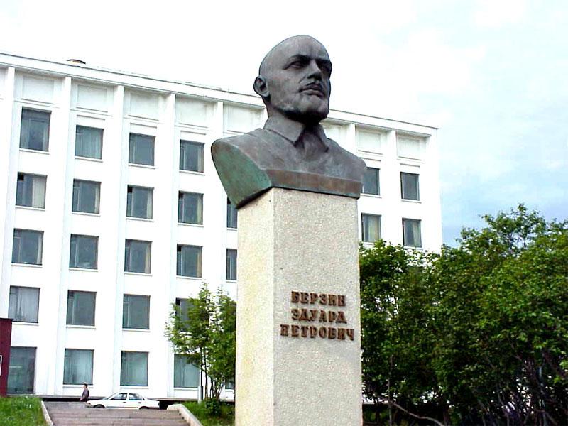 Бюст Эдуарду Берзину, установлен перед зданием мэрии города Магадана в 1989 году