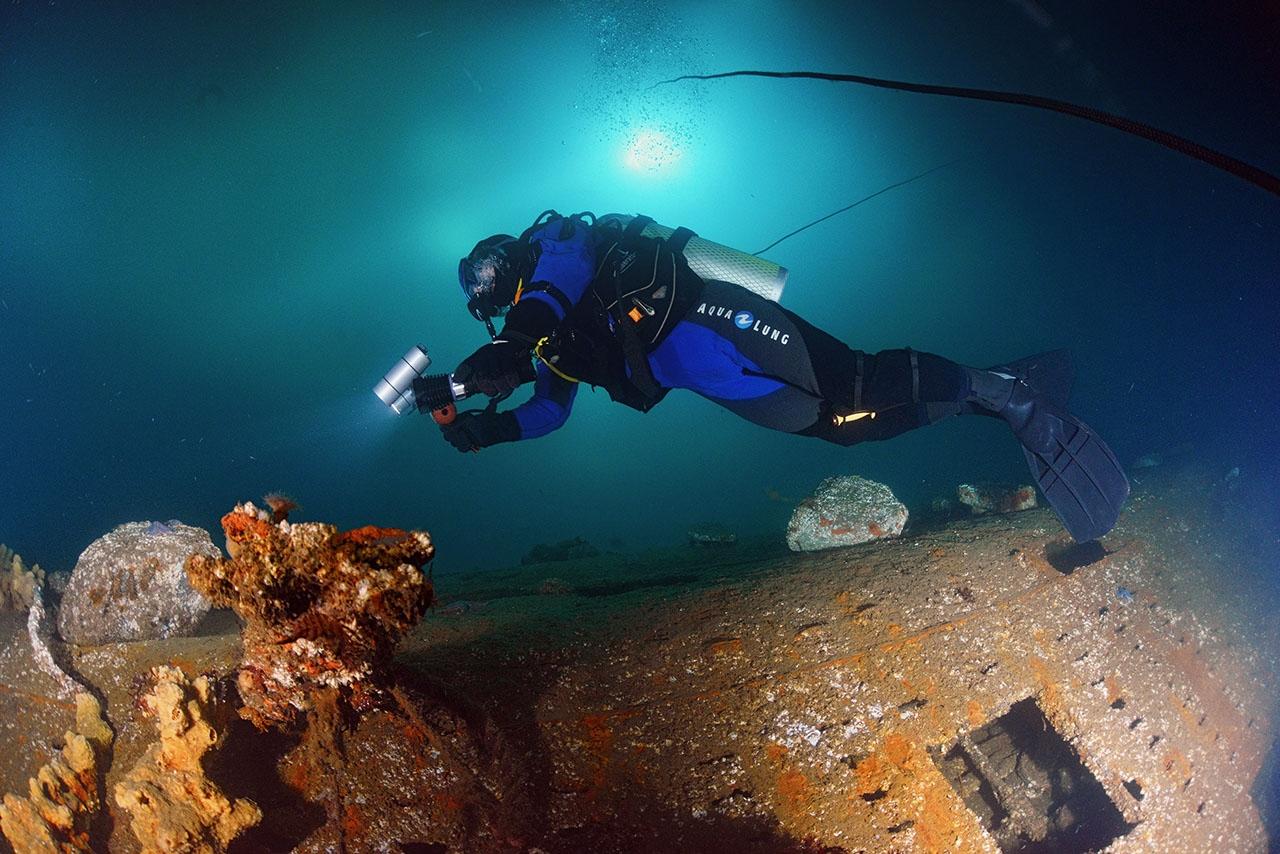Дайвер на фоне затопленной подводной лодки 613-го проекта.
