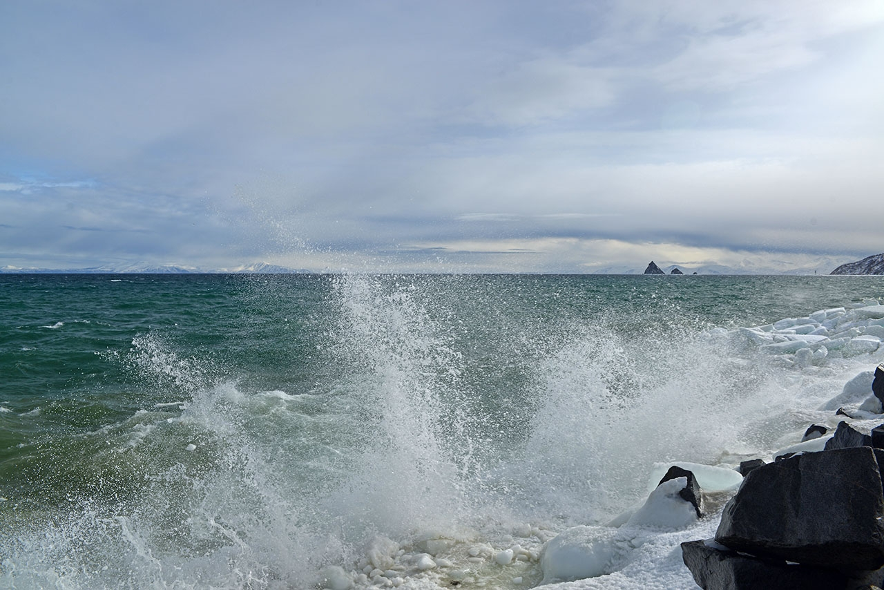 Море волнуется.