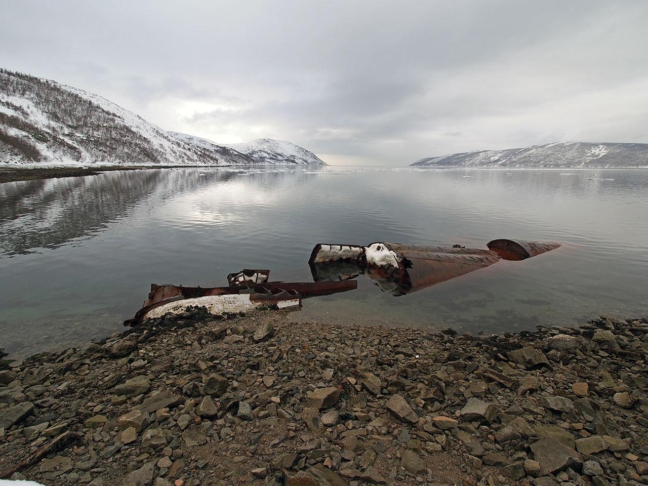 Полузатопленная подводная лодка 613-го проекта 171 ОБрПЛ.