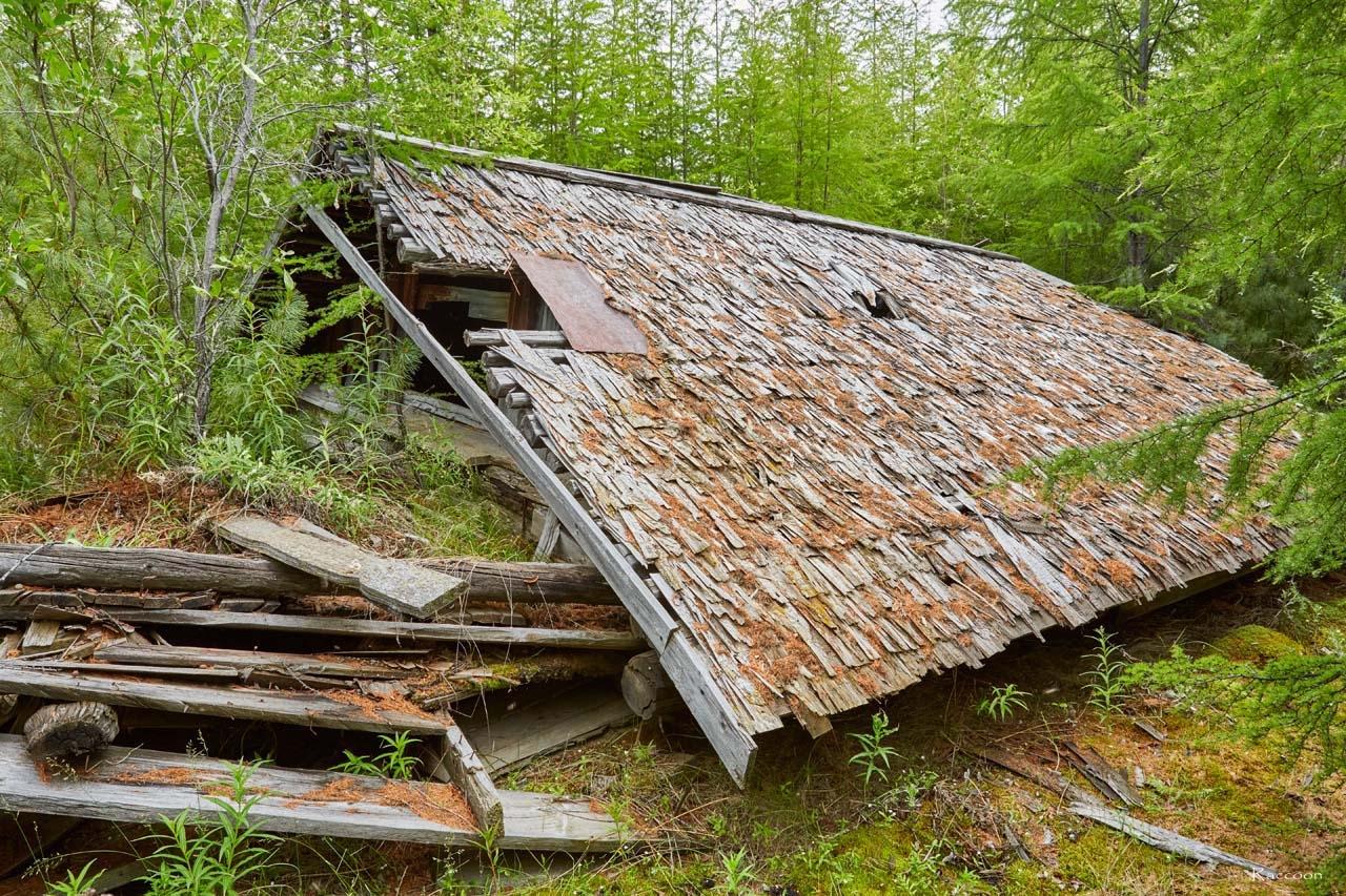 Крыша завалившегося барака.