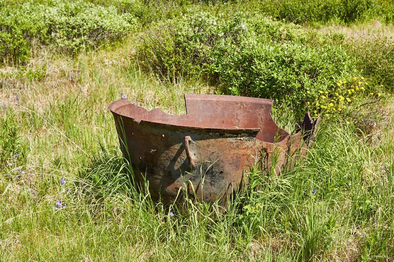 Бадья для подъема породы из шурфа или ствола шахты в одном из распадков в долине Хеты. Июль. 2017 года.