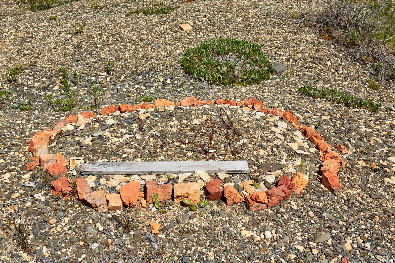 Самодельный небольшой памятник зэка. В одном из распадков в долине Хеты. Июль. 2017 года.