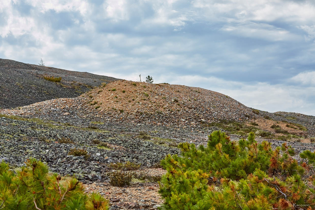 Одни из отвалов породы на склоне горы. Хета. Июль 2017 года.