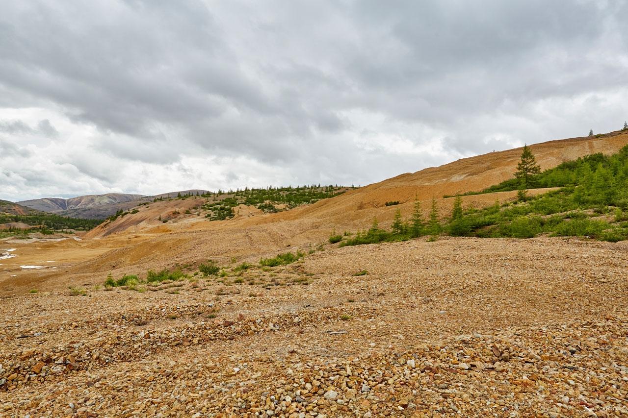 Здесь были шахты и другие сооружения. Позже - карьер по добыче песка. Хета. 2017 год.