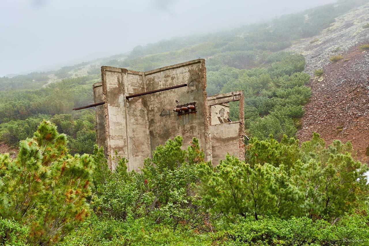 Разрушенное здание подстанции. Рудник Кинжал. 2017 год.