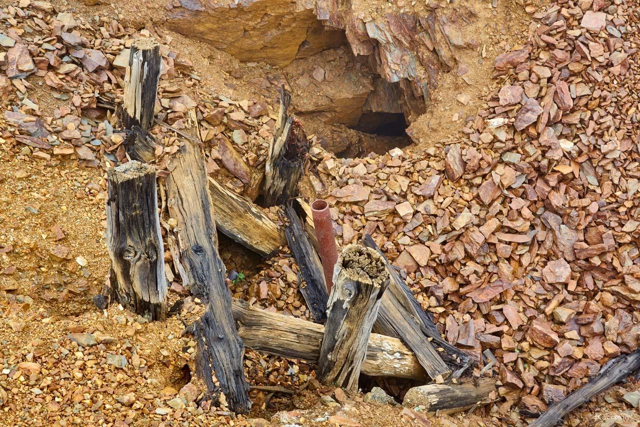 Заваленный вход в шахту. Рудник Кинжал 2017 год.