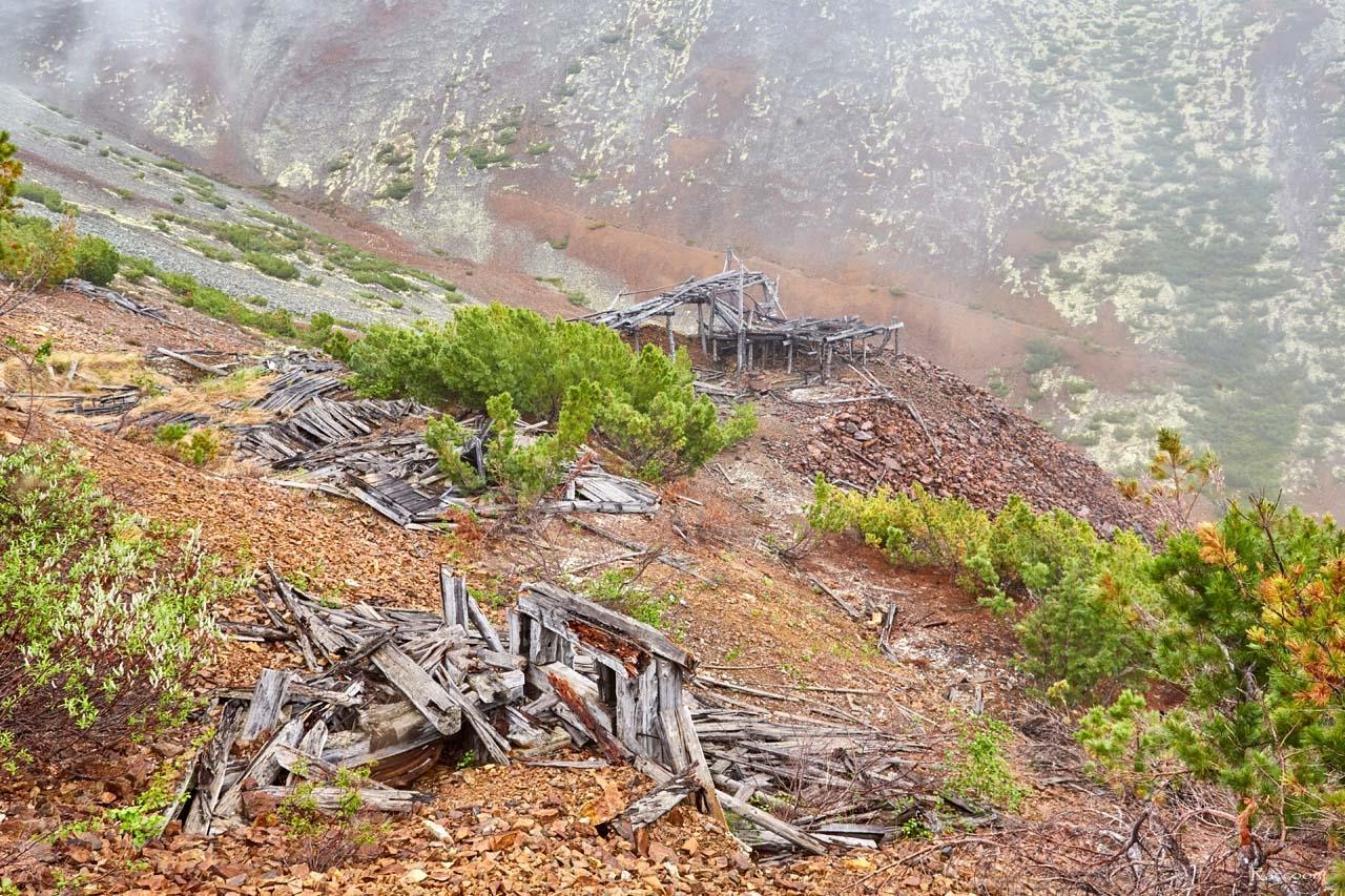 Разрушенные строения и промприбор. Рудник Кинжал. 2017 год.