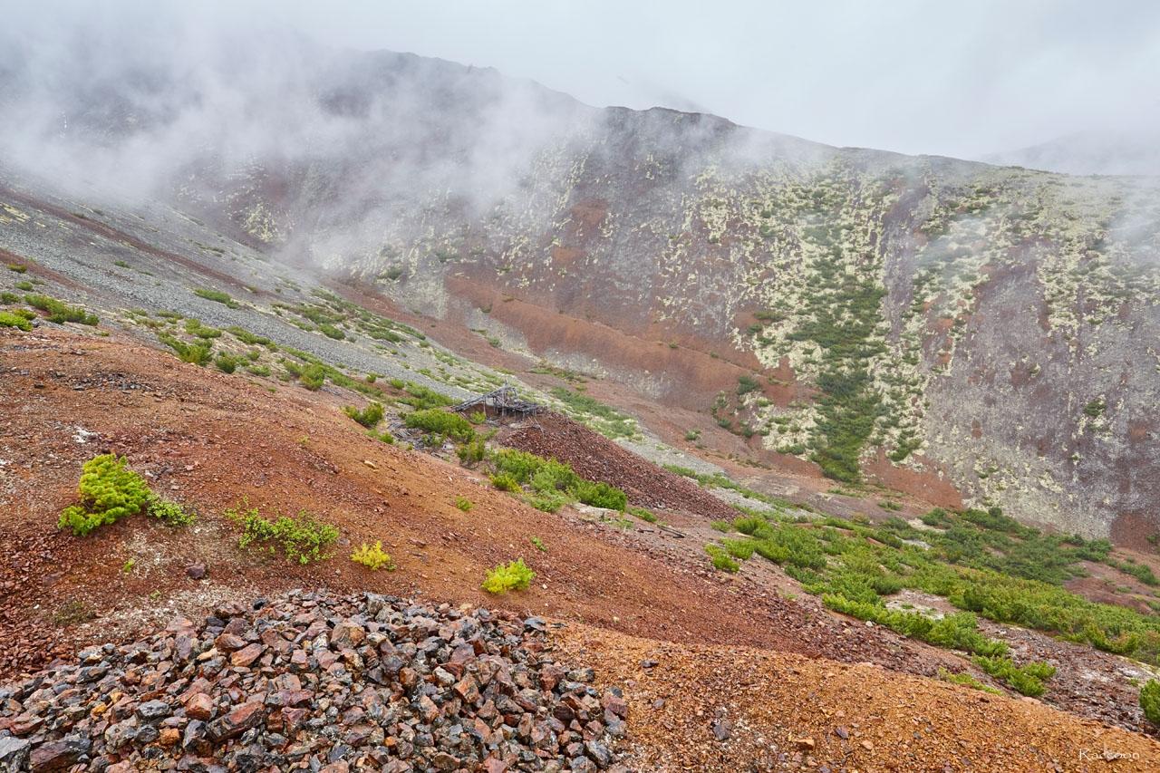 Распадок на руднике Кинжал. Туман не позволял даже окинуть взглядом место, где были расположены строения, шахты. промприборы рудника Кинжал. 2017 год.
