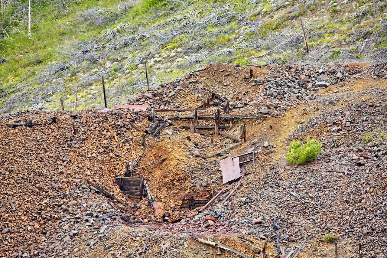 От тех сооружений, что здесь были, остались едва заметные следы.