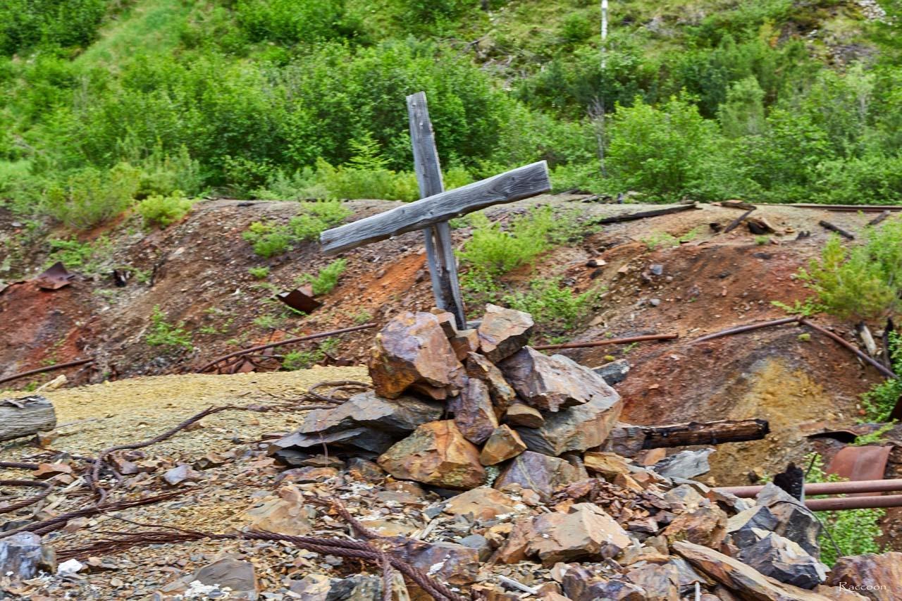 Крест возле входа в шахту.