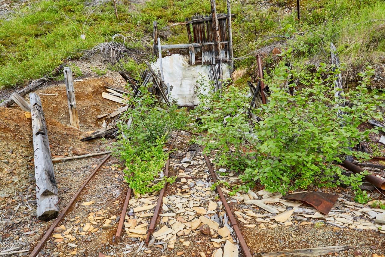 Вход в шахту и подъездные пути для вагонеток.