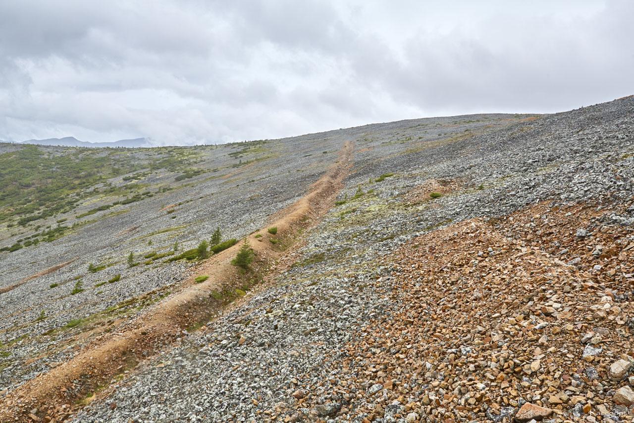 Проходческая траншея на склоне сопки. Рудник «Сталинградец».