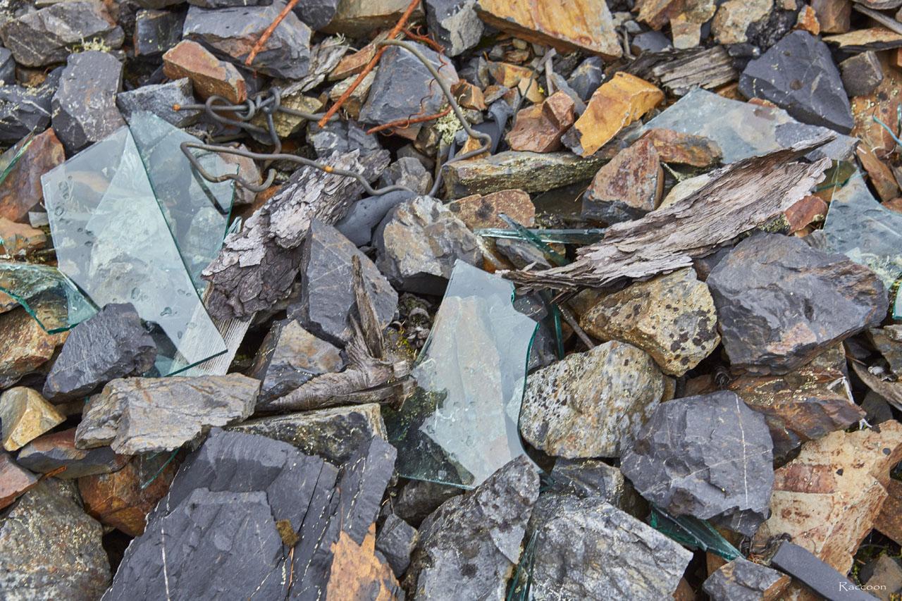 Разбитое оконное стекло у насосной.Рудник«Сталинградец».