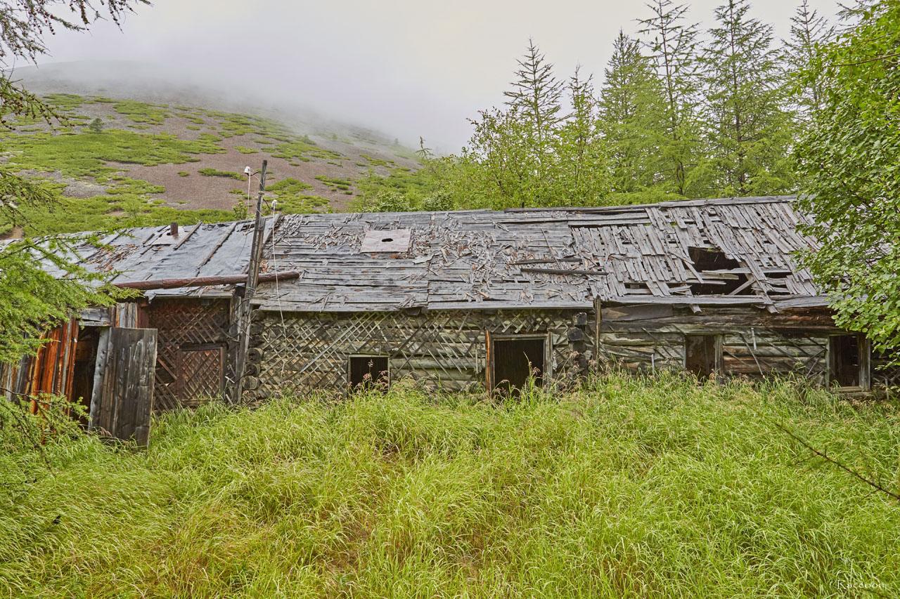 Один из уцелевших домов в центральном поселке.