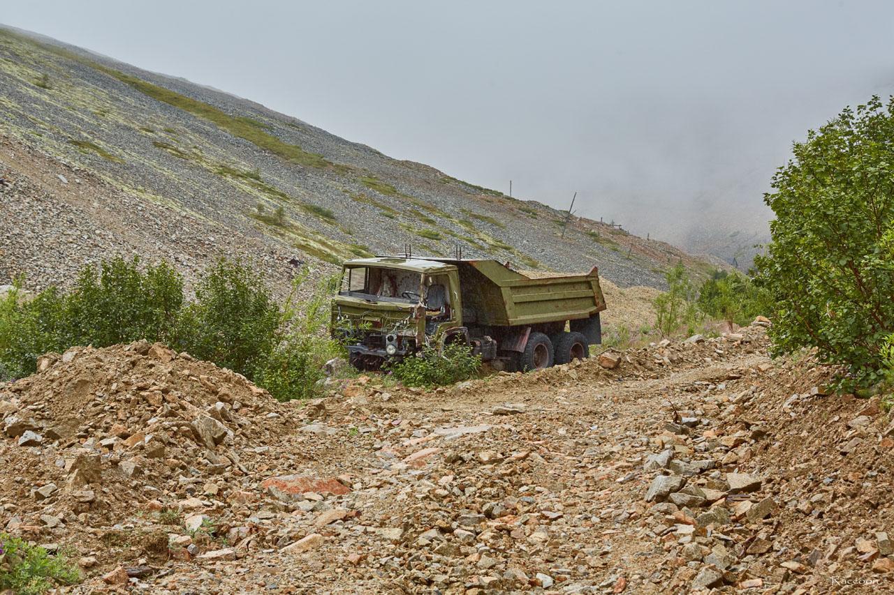 Въезд на горный участок у дороги сторожит КАМАЗ. Рудник Урчан.
