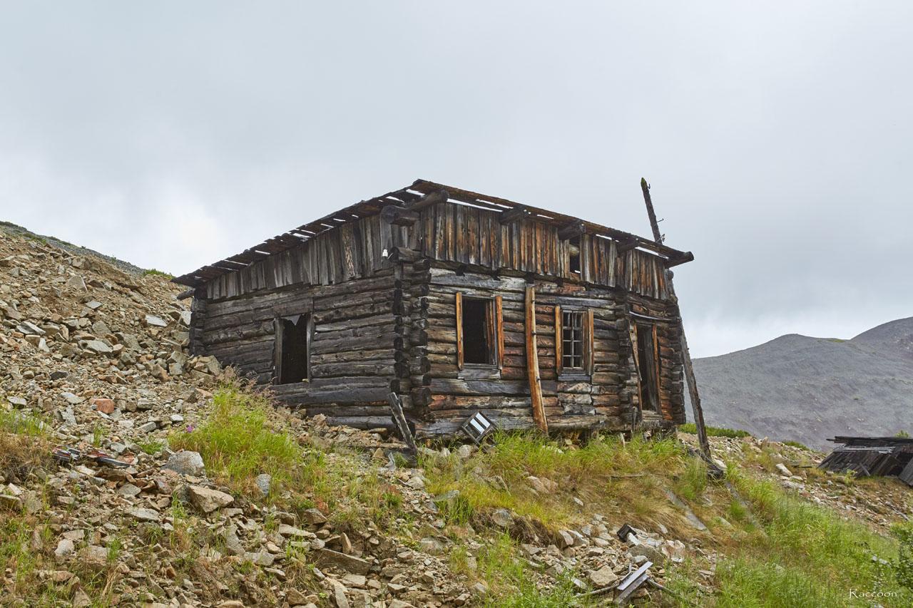 Уцелевшее здание времён рудника «Урчан» на горном участке «Эдванс».
