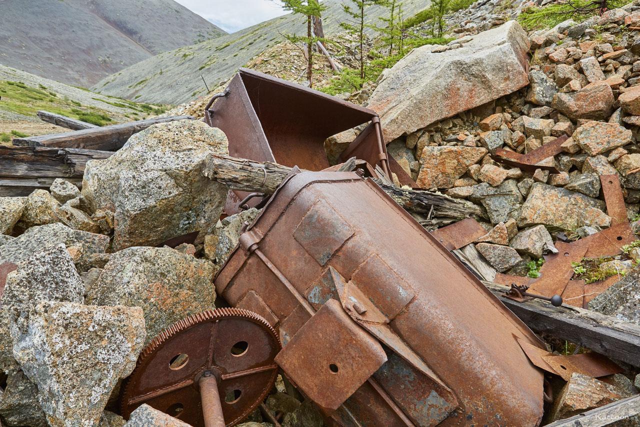 Брошенное оборудование на горном участке «Эдванс».