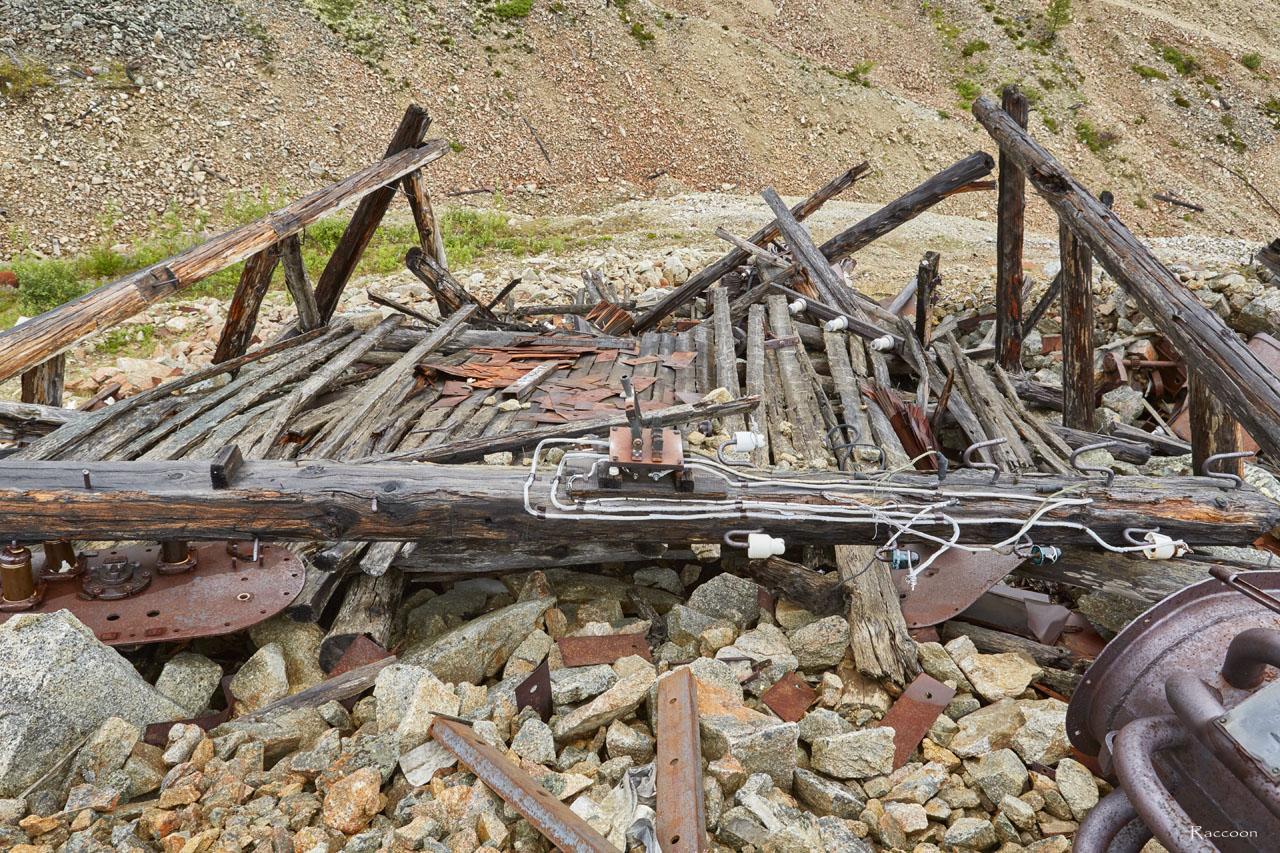 Развалины подстанции в верховьях ручья Эдванс.