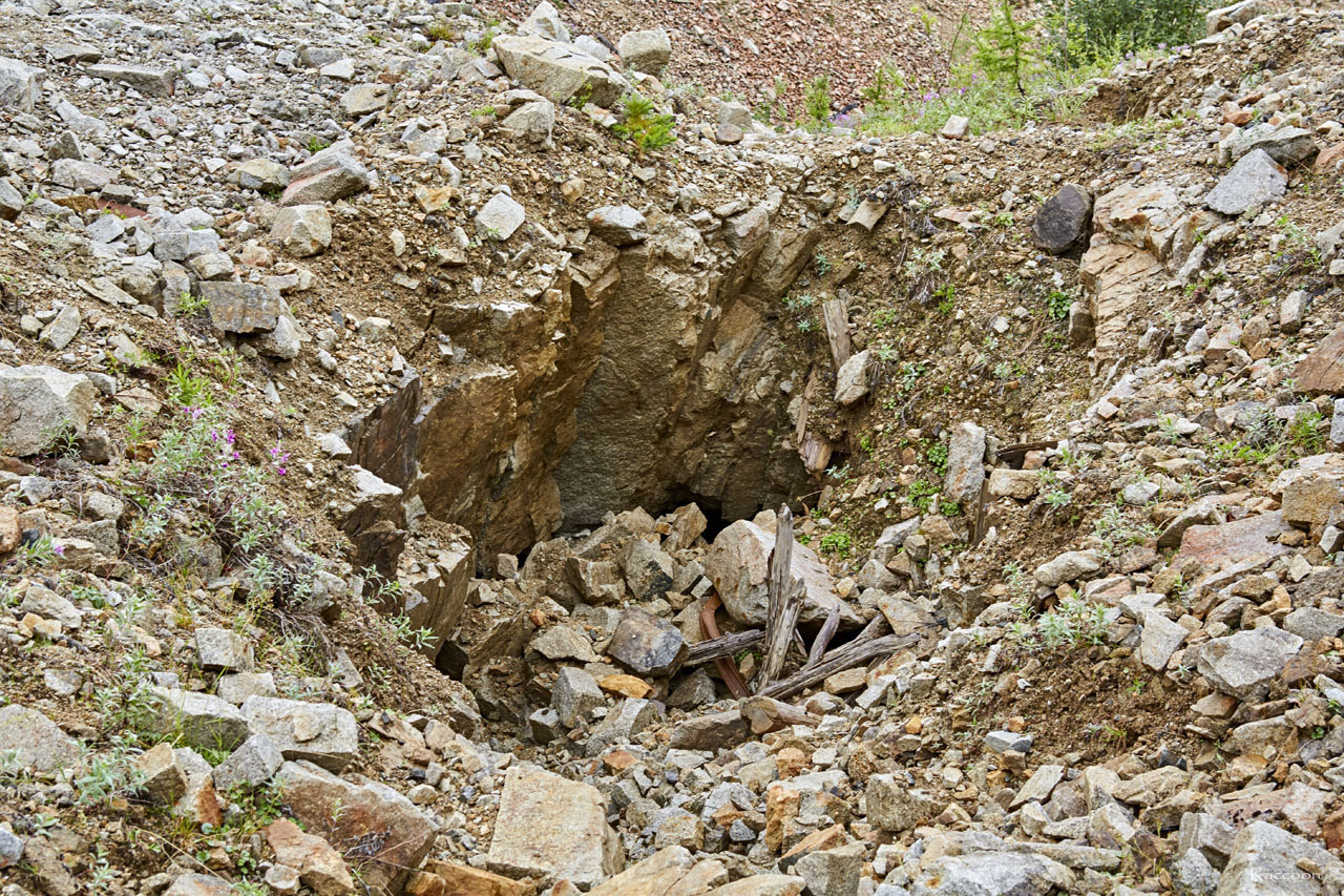 Ствол шахты в верховьях ручья Эдванс.