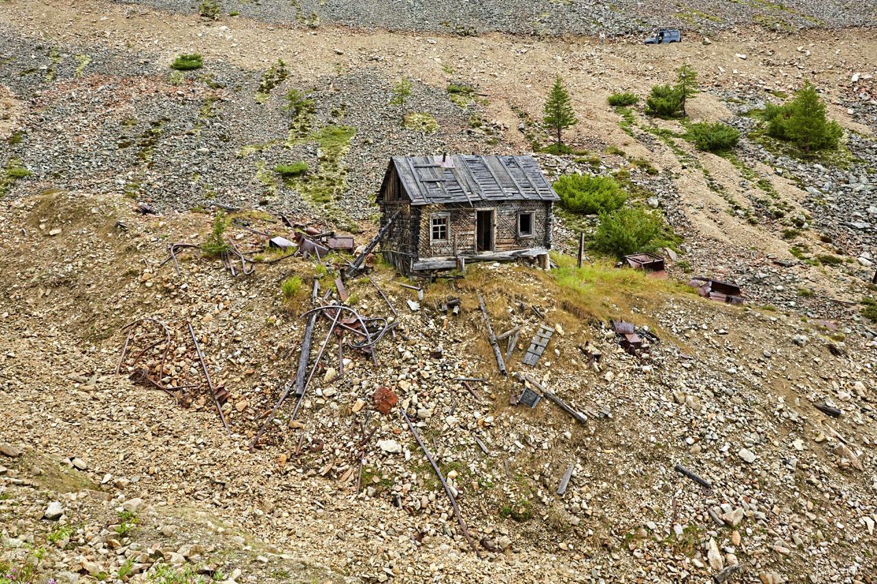 Уцелевшее здание времён рудника «Урчан» в верховьях ручья Эдванс.