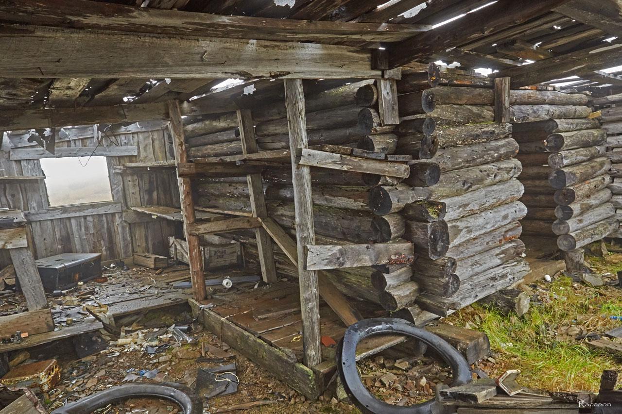 Переделанное под склад и мастерскую старателями здание на вершине Урчанского перевала.