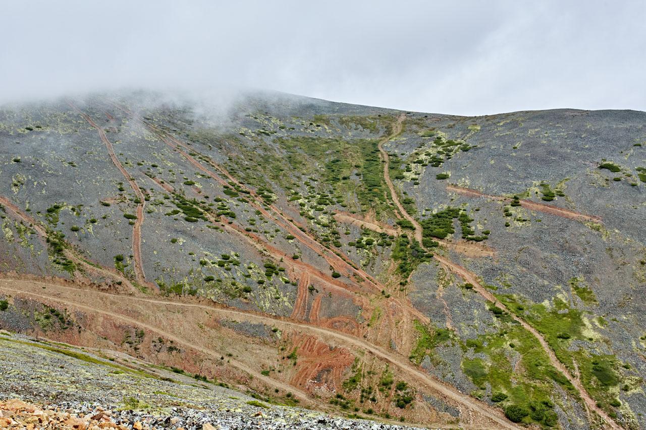 В истоках ручья Эдванс. Видны и первые проходческие траншеи геологов Дальстроя и следы работы бульдозера старателей.