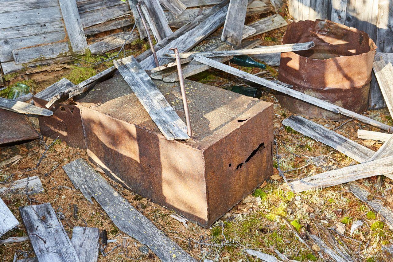 Буржуйка внутри развалин дома на ручье Бедном. 2019 год.