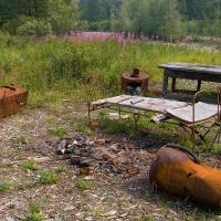 На подходу к лагерю обнаружились первые артефакты. Шконка, стол, печка