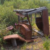 Попался роскошный артефакт - кабина старого-престарого грузовика. Из самых первых.