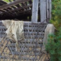 На стене висит одежда заключенных. Раньше дороговато обходилась. Теперь вот висит памятником на стене сушилки.