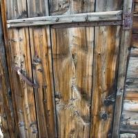 Дверь в сооружение. Обратите внимание на кованную фурнитуру