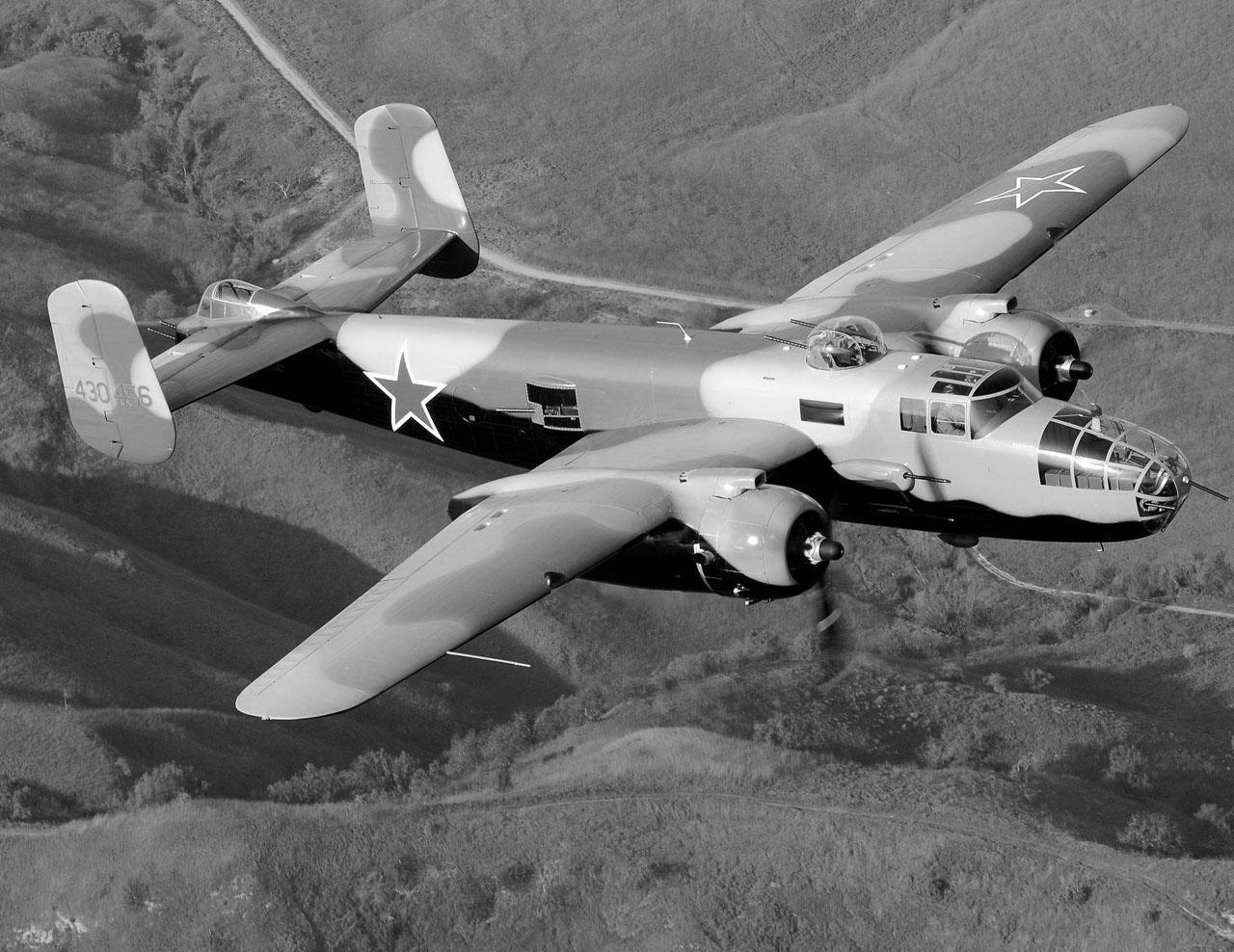 B-25 «Митчелл» в полете с советскими звёздами на фюзеляже.