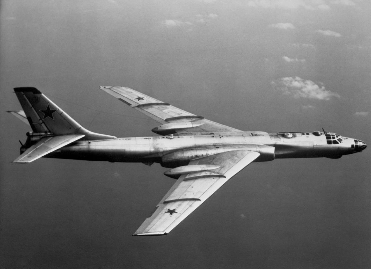 Ту-16 - советский тяжёлый двухмоторный реактивный многоцелевой самолёт.