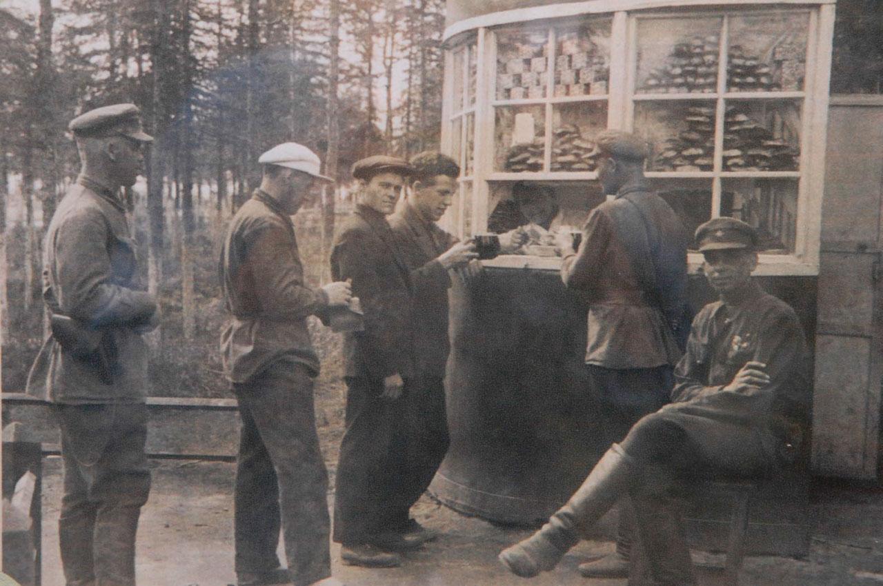 В 30-е годы пиво продавалось в столовых, в буфетах и киосках, расположенных на территории Магадана, в частности в парке культуры и отдыха.