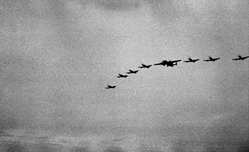 На данном фото лидер – В-25, истребители – Р-63 «Кингкобра». 1944 г.