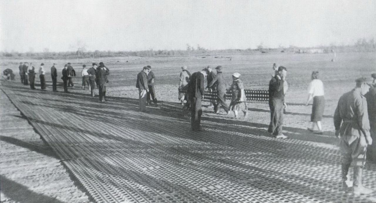 Идет укладка металлической полосы на аэродроме Танюрер,1944 год