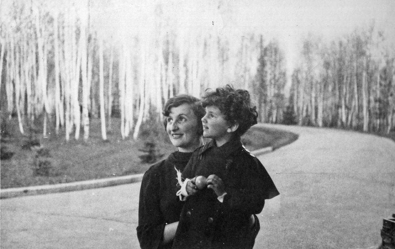 Наталья Хаютина с приемной мамой. 1937 год.