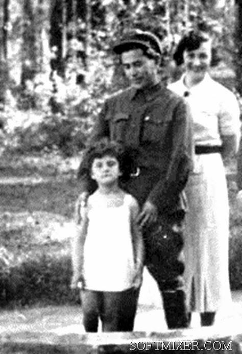 Наталья Хаютина с приемной мамой и отцом.