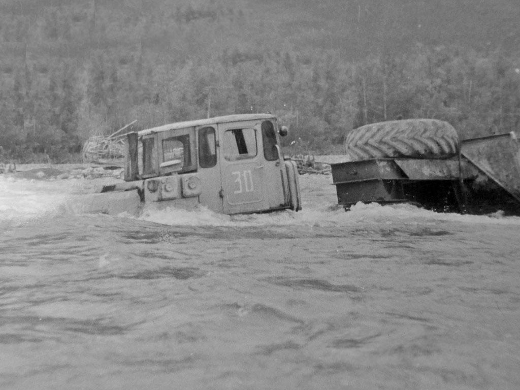 Переправа К-700 через реку.