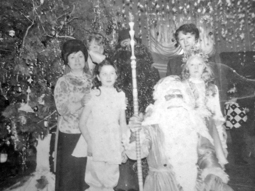 Арарат. Новый год в клубе. Дети с Дедом Морозом.