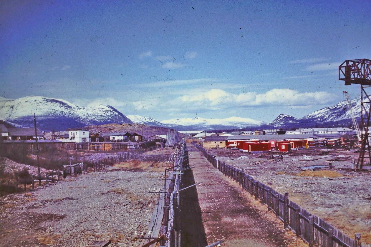 Арарат. Слева здание гаража, а справа, перед промышленной зоной стоят красные домики для оленеводов «Север 1», «Север 2», «Север 3», которые изготавливали в ЛТП-1. Из архива Александра Мачкасова.