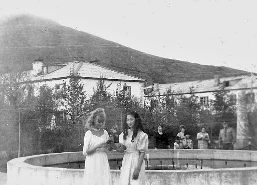 Возле фонтана. Из архива Елены Зиминой (Рябовой).