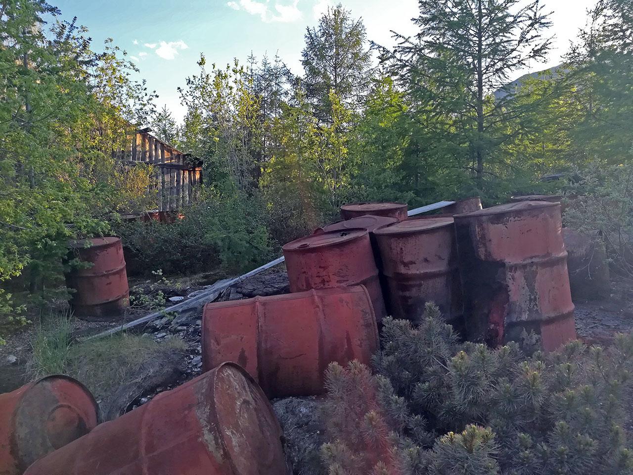 Посёлок Арарат. Пустая тара из под ГСМ на территории ЛТП-1. Фото из архива Елены Полищук. 2018 год.