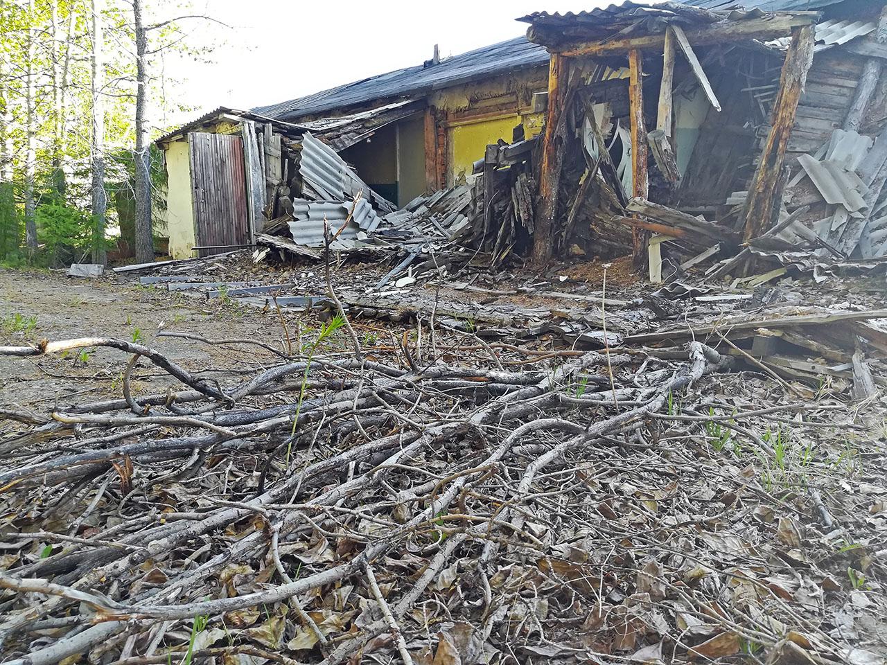 Арарат. Полуразрушенные дома, стоящие напротив здания МСЧ. Фото из архива Елены Полищук. 2018 год.