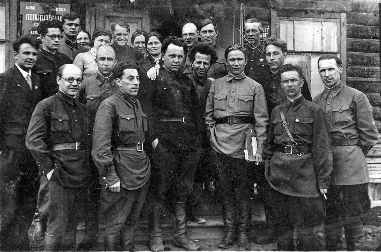 Посёлок Мякит. Работники УАТ. Конец 40-х годов ХХ-го века.